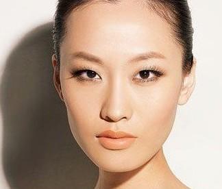 单眼皮的精致裸妆:眼影不需要大面积晕染,主要强调的是线条感。用清晰眼线与上翘睫毛取胜!