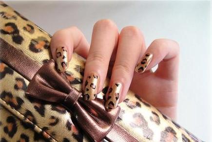 简单的三个步骤,就能拥有这款具有魅力的豹纹美甲了!
