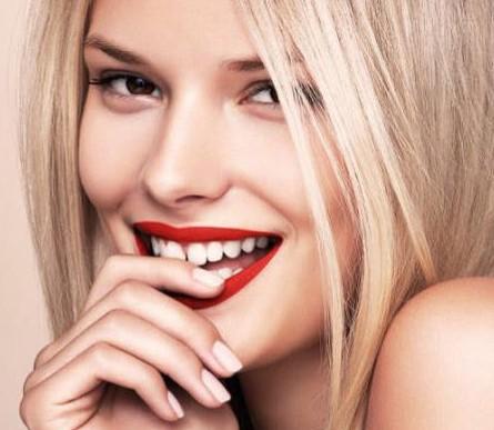 牙缝妹也能很美丽,明亮的橘色唇膏是最健康的性感.图片