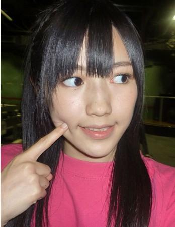 从渡边麻友的素颜照中可以看到她的肌肤非常细腻