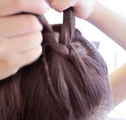 第三步:将三股头发编普通的三股编发