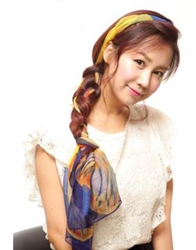 约会甜美发型之丝巾编发——毛戈平形象设计艺术学校
