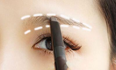 这次选用的是偏棕色眉笔,根据自己的脸型描绘好适合的眉形.