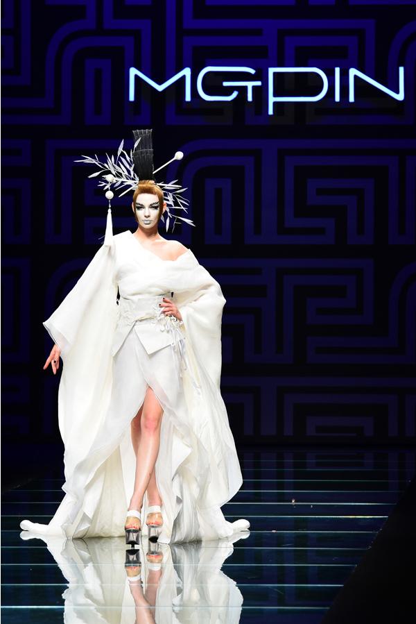 76的黑人外模,头戴中国清代宫廷的点翠头饰,身着未来感的龙型海蓝色图片