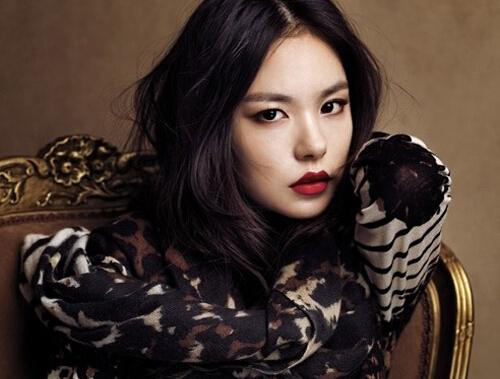 日前,韩国女星闵孝琳担任太阳新专辑mv的女主,mv中的复古红唇妆容令人