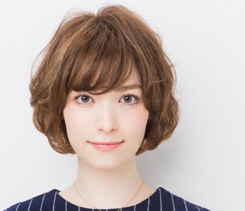 俏皮的短发卷发是很多女生都喜爱的发型