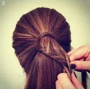 第一步:首先将头发扎成平时一样的马尾,并用一缕头发缠绕在头绳上,让