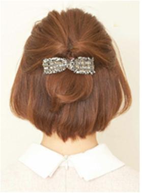 第三步:选择一个稍大一点的发饰,同样隐藏住皮筋,既可以固定发型又图片