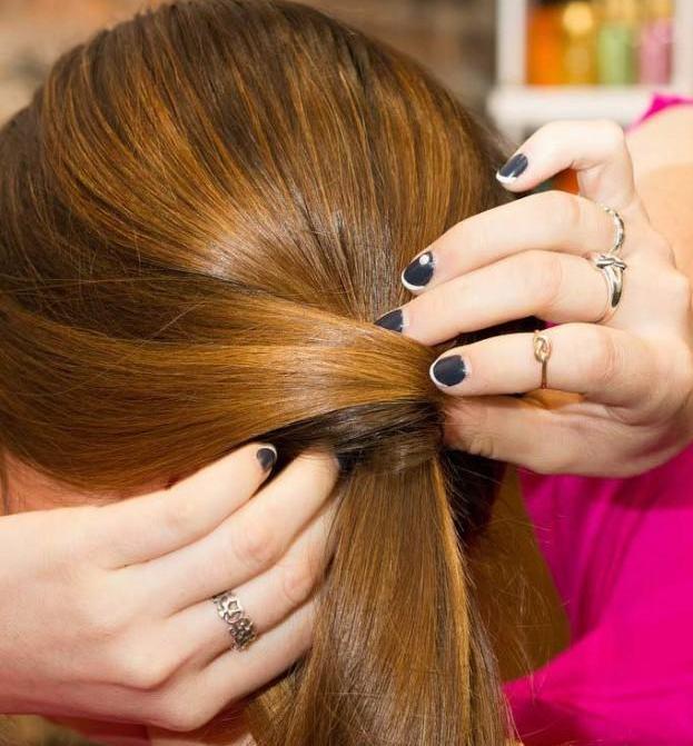 第六步:将剩下的头发绑进已经编好的马尾辫里