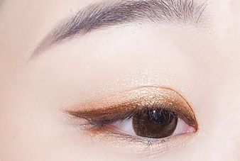 再覆盖上浅橙色眼影.   Step 3:用浅橙色卧蚕笔画出卧蚕,卧蚕与上