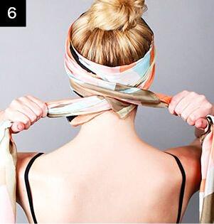 较大的丝巾进行折叠之后从丸子头下方向上包住头发