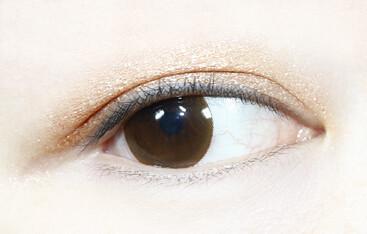 双眼皮范围内再次晕染一层香槟色眼影增加眼妆的层次