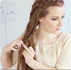 step3:将法式辫子从收拢的头发后方穿过,盘绕一周后,按三股麻花辫的图片