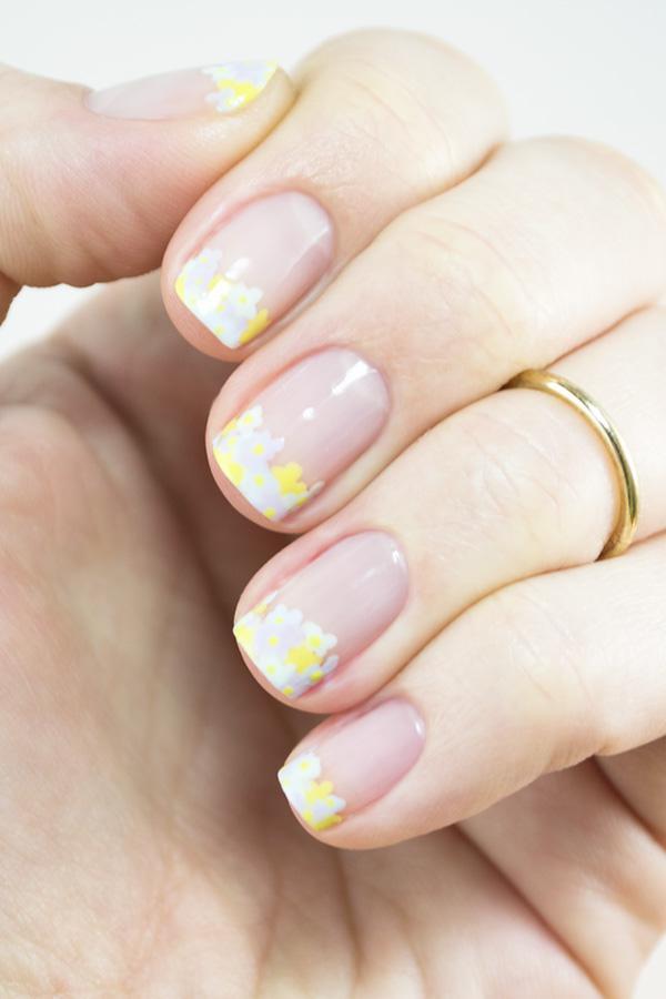 淡雅的浅灰色搭配上清新的嫩黄色,无疑是这个夏天让人心旷神怡的色彩搭配。今天毛戈平化妆学校的小编就带来一款法式小碎花美甲,让你走简约小清新的路线,在这个炎日夏季有别样的清凉和美丽。  Step1:先涂抹一层透明指甲油,之后在指尖涂抹上浅灰色指甲油,呈现法式美甲的基础样式。 Step2:在点钻笔上蘸取黄色指甲油,在指尖的浅灰色区域点上小黄点,如图所示。  Step3、4:再在黄色小圆点附近点上灰色小圆点,呈现花朵的基本形状,且让黄色花朵和灰色花朵相簇拥。  Step5:在黄色花朵和灰色花朵之间的空隙位置点上浅