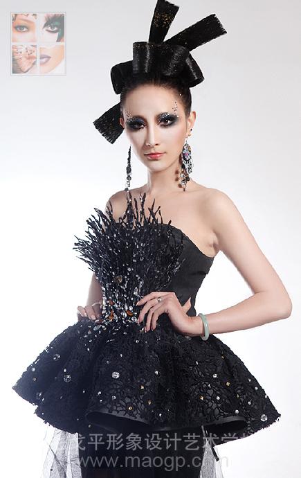 设计者设计裙子的照片