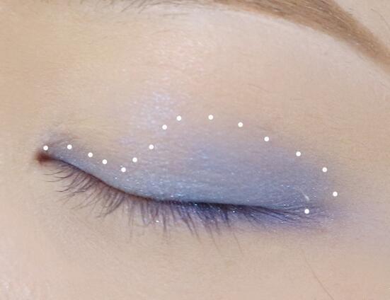 step4:冰蓝色的眼影晕染眼窝,将重点放在眼部的中后段,眼头只需要在