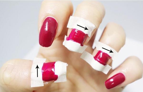 step3:另外两个涂有白色指甲油的甲面重复同样的步骤