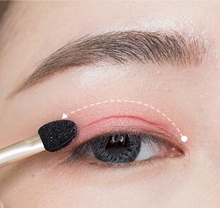 step  :上眼皮沿着眼窝用珊瑚色眼影晕染.