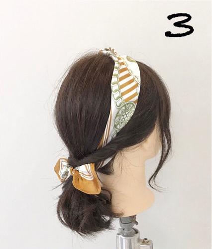 step  :左右两边留出刘海的头发,剩下的头发分别拧转后跟低马尾扎在一