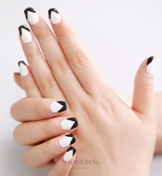 最简单的黑白色指甲带来最动人的优雅气质.