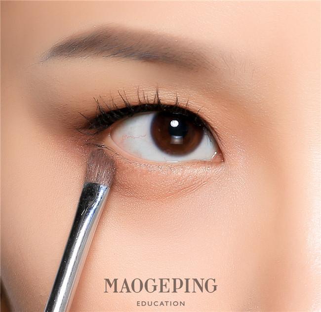 人人都有的咖色眼影盘如何打造出让人一见倾心的眼妆